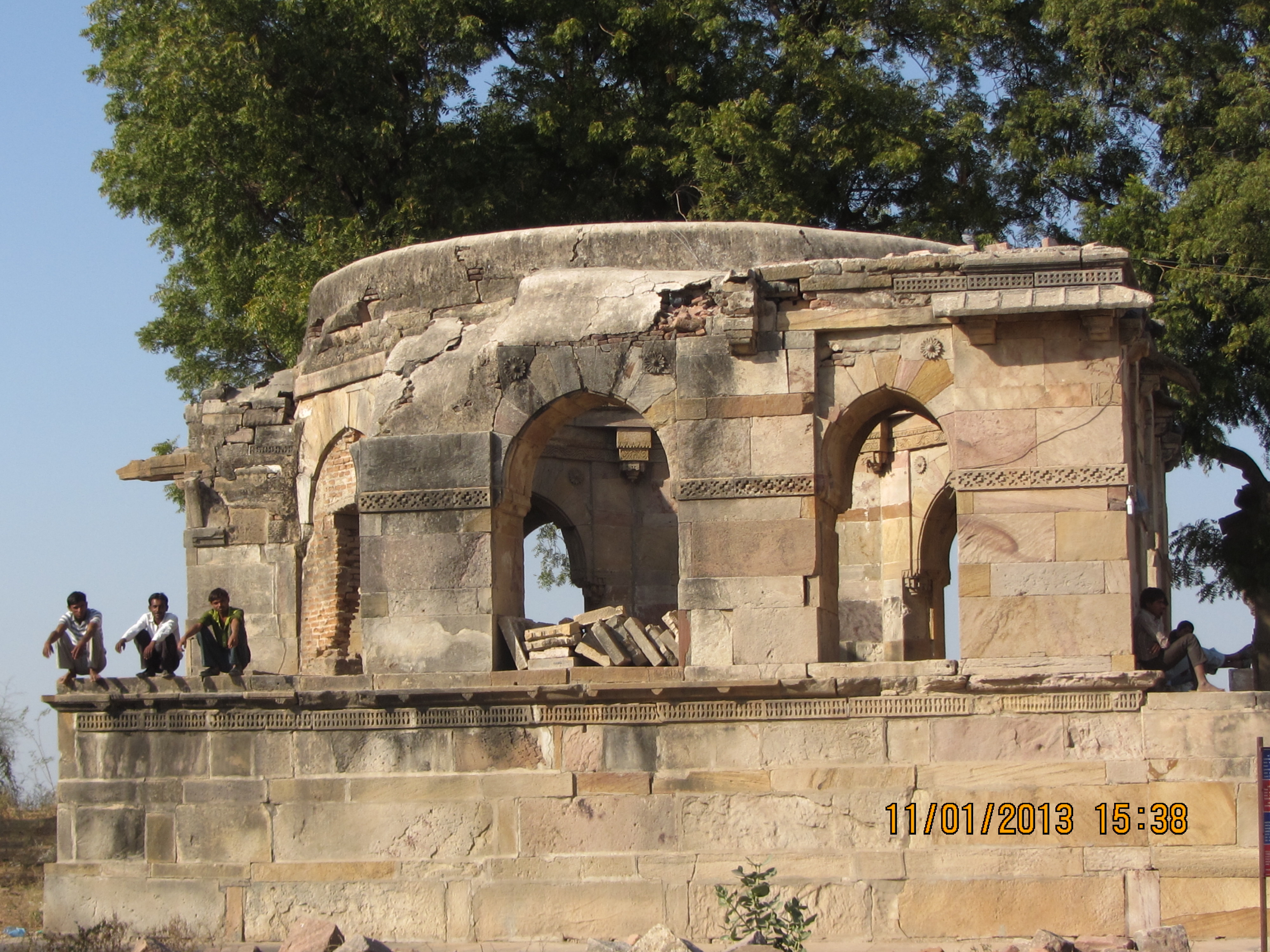 THIS ANCIENT STRUCTURE MATCHES GATE WAY OF INDIA ....CONNECTS  VALLABHI AND WALES